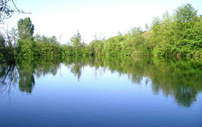 Location de vacances - Gîte à Lamaguère - Le lac et sa barque à votre disposition.