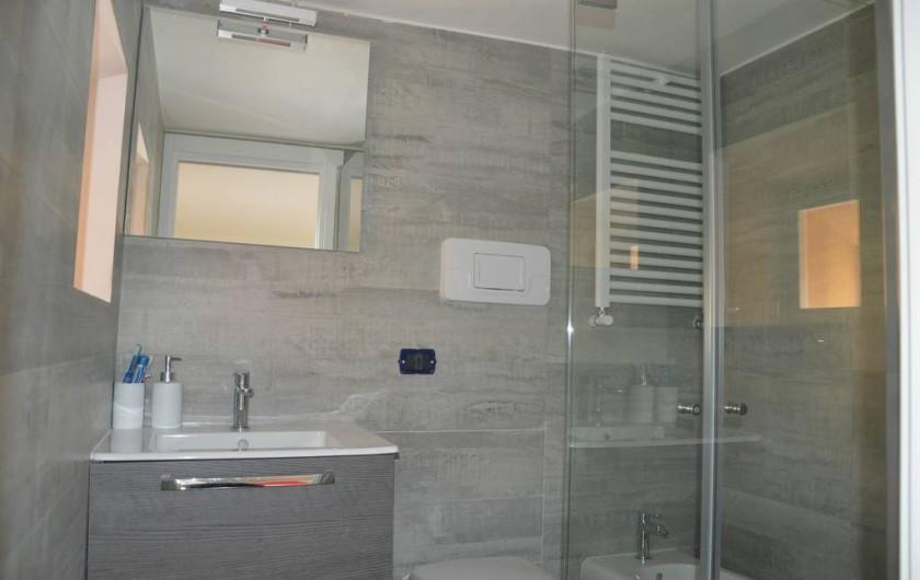 Location de vacances - Appartement à Naples - Une des salles de bain avec douche