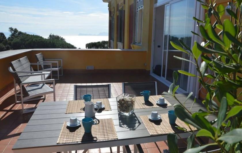 Location de vacances - Appartement à Naples - Un petit-déjeuner sur la terrasse avec ... vue sur Capri