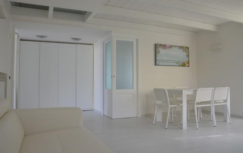 Location de vacances - Appartement à Naples - Salon avec armoire intégrée et vue sur la petite pièce (avec portes vitrées)