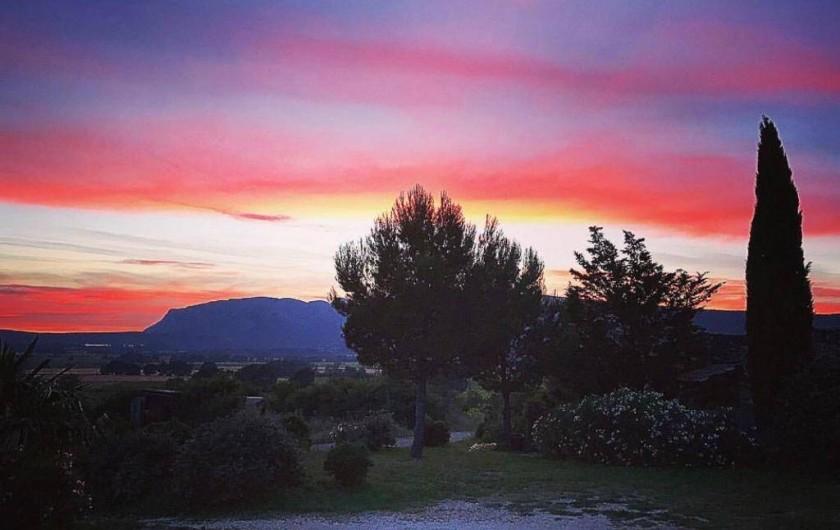 Location de vacances - Gîte à Puyloubier - Coucher de soleil depuis la terrasse