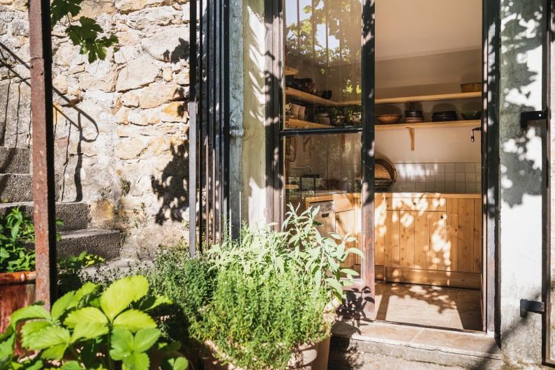 Location de vacances - Mas à Potelières - La cuisine vue de la terrasse