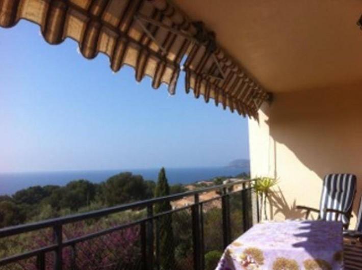 Location de vacances - Appartement à Carqueiranne - Terrasse de 15m2 vue sur mer.