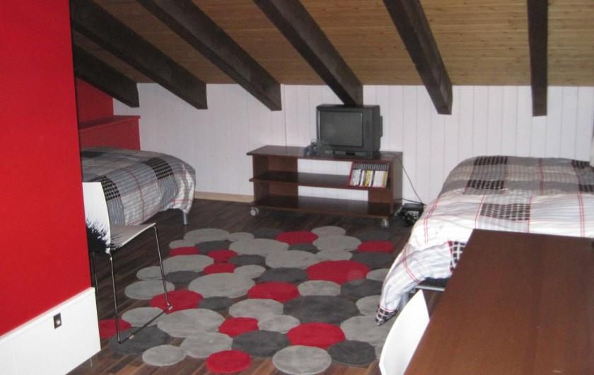 Location de vacances - Chalet à Crans-Montana - 1ere Chambre d'enfants 2 lits simple à l'étage