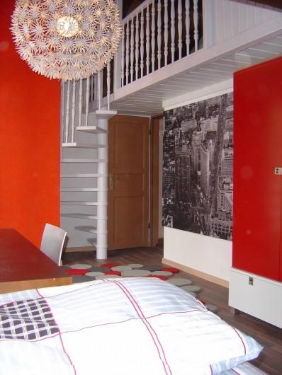Location de vacances - Chalet à Crans-Montana - Accès 2eme chambre avec 2 lits simple en mezzanine