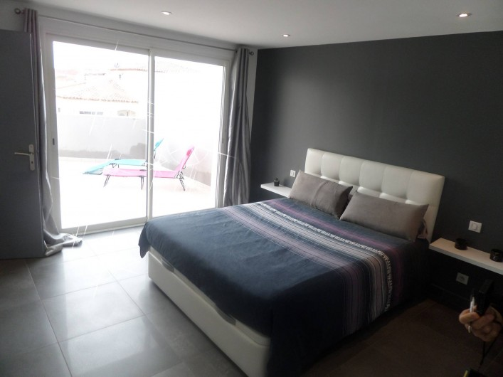 Location de vacances - Villa à Sauvian - Chambre avec terrasse étage