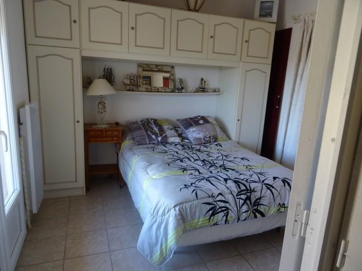 Location de vacances - Villa à Hyères - chambre vue des 2 cotes en haut gauche