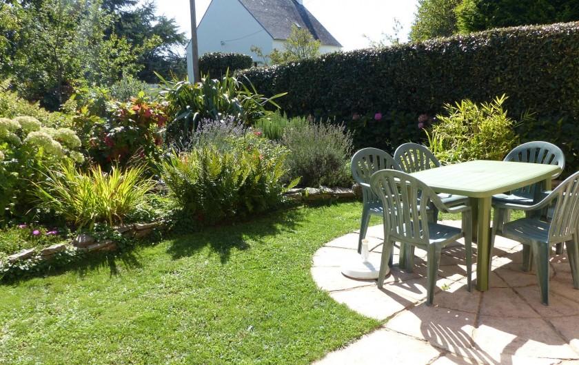 Location de vacances - Maison - Villa à Kermeurzac'h - le jardin et son salon