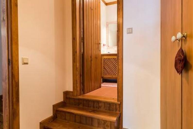 Location de vacances - Chambre d'hôtes à Alcobaça - accés privée du chambre gris pour la salle de bains et armoire à la droite