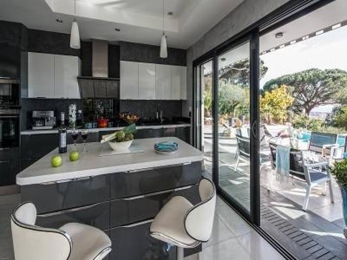 Location de vacances - Villa à La Croix des Gardes - Vous pouvez déjeuner  sur la grande terrasse  et bronzer les transats sont la