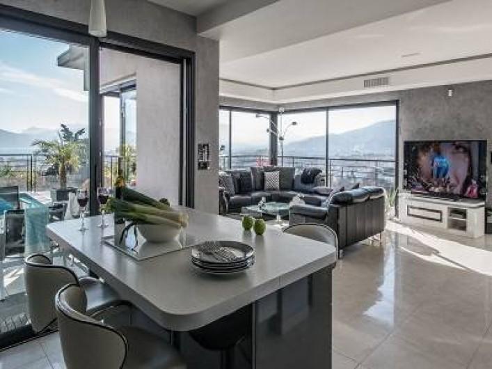 Location de vacances - Villa à La Croix des Gardes - Cuisine neuve à l'américaine vue mer et montagne accès terrasse et piscine
