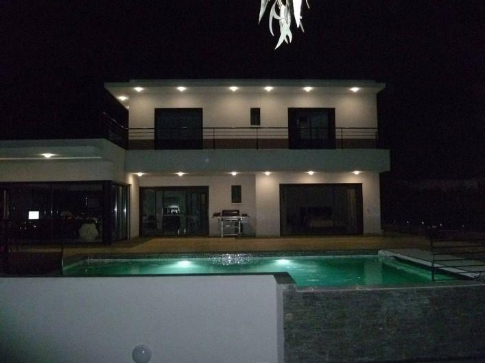Location de vacances - Villa à La Croix des Gardes - Le soir vue féerique sur la ville et la montagne