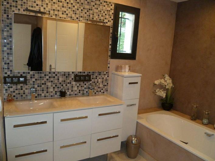 Location de vacances - Villa à La Croix des Gardes - Salle de bain de la chambre  de maitre avec baignoire et douche à l'italienne