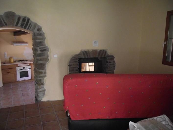 Location de vacances - Gîte à Les Ablatats - Le coin salon, canapée cheminé, TV