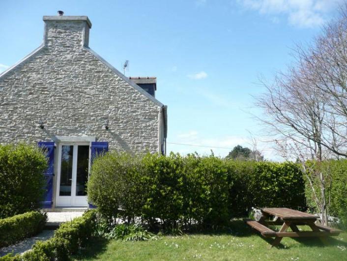Location de vacances - Maison - Villa à Kersaint - Une maison en pierre entourée d'un grand jardin clos.