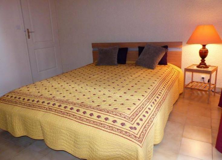 Location de vacances - Villa à Uzès - la chambre jaune avec très bonne literie, avec terrasse pour le petit déjeuner