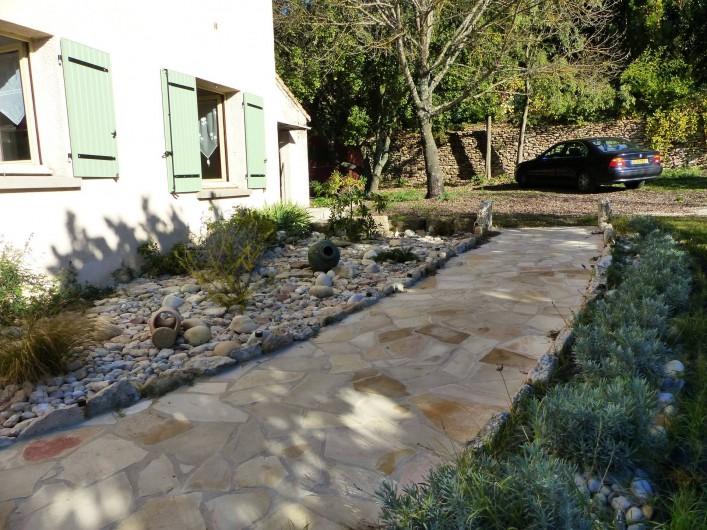 Location de vacances - Villa à Uzès - l'entrée de la villa avec parking pour 5 voitures minimum