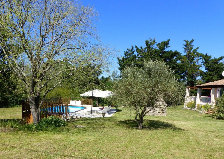 Location de vacances - Villa à Uzès - villa piscine vue du milieu du terrain