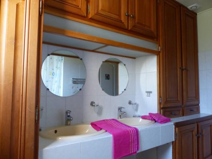Location de vacances - Villa à Uzès - salle de bain 2 lavabos et baignoire et douche