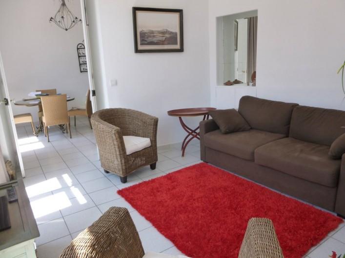 Location de vacances - Appartement à Cannes - le salon et en enfilade la salle à manger