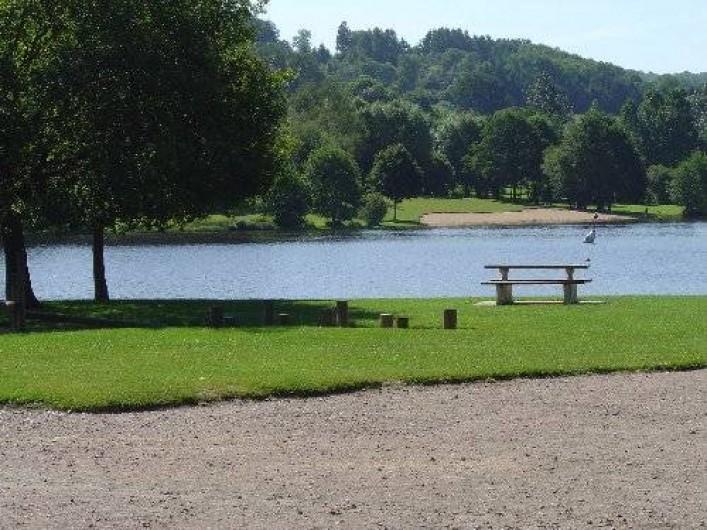 Location de vacances - Appartement à Guéret - Plan d'eau de Courtille à Guéret, promenade, baignade, jeux, pêche