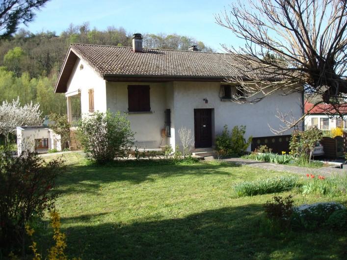 Location de vacances - Gîte à Pont-en-Royans - Gîte-Maison vue de derrière avec le jardin.