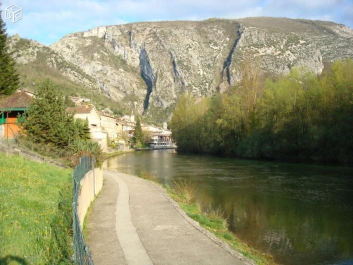 Location de vacances - Gîte à Pont-en-Royans - Les quais de la rivière La Bourne au pieds de la maison.