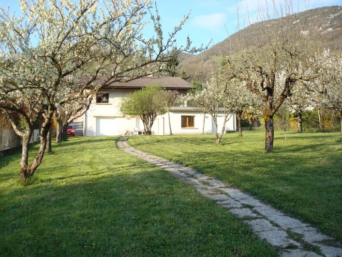 Location de vacances - Gîte à Pont-en-Royans - Gîte-Maison avec devant le verger qui donne sur la rivière La Bourne.