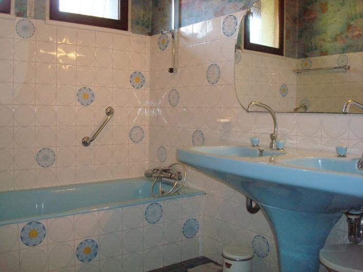 Location de vacances - Gîte à Pont-en-Royans - Salle de bain : baignoire, 2 lavabos et 1 bidet.