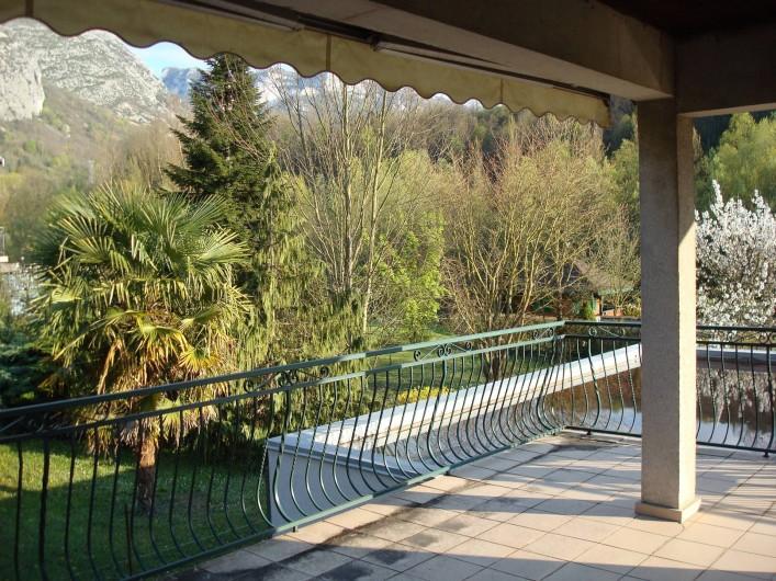 Location de vacances - Gîte à Pont-en-Royans - La terrasse avec vue sur la montagne et la rivière La Bourne.