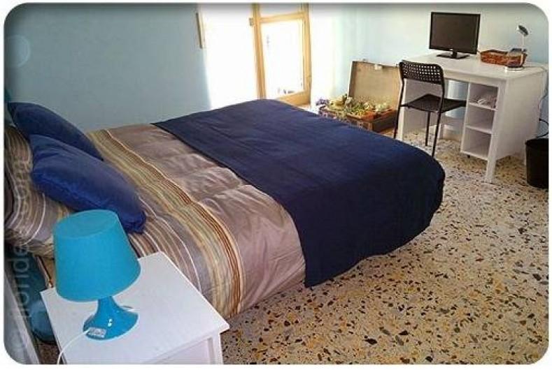 Location de vacances - Appartement à Rome - chambre a grand lit avec balcon et tv