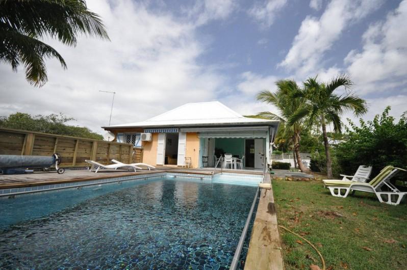 Location de vacances - Chambre d'hôtes à Sainte-Anne - Vue de la maison terrasse et piscine