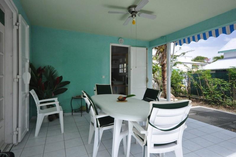Location de vacances - Chambre d'hôtes à Sainte-Anne - La terrasse - lieu de vie principale