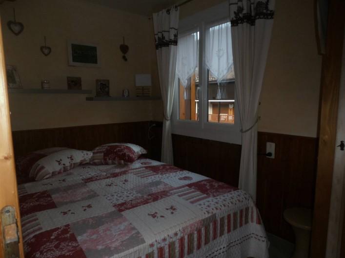 Location de vacances - Appartement à La Clusaz - chambre 2 avec vue sur le village