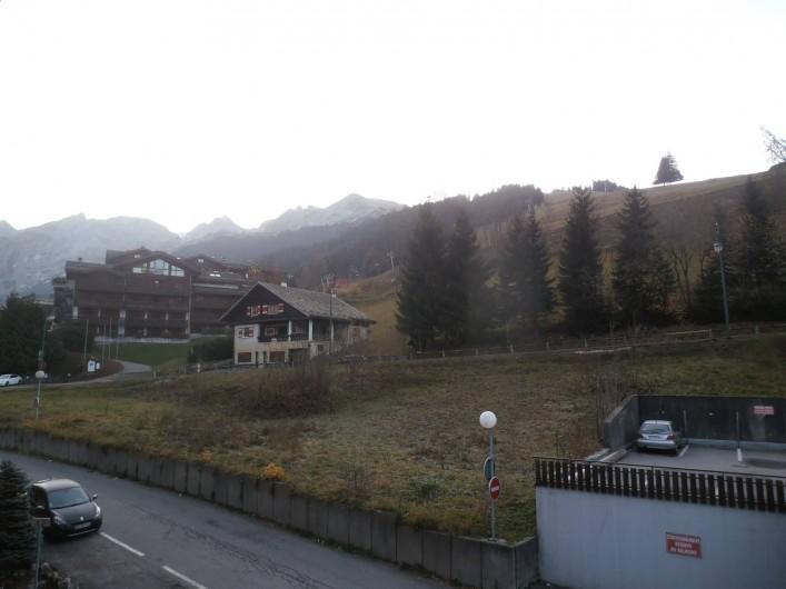 Location de vacances - Appartement à La Clusaz - vue sur balcon