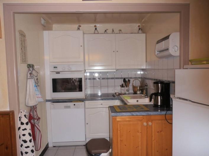 Location de vacances - Appartement à La Clusaz - cuisine toute équipée lave vaisselle four micro onde