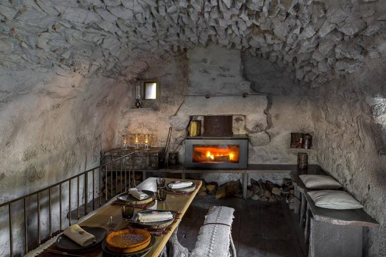 Location de vacances - Insolite à Saint-Jacques-des-Blats - La grande table et le feu de cheminee