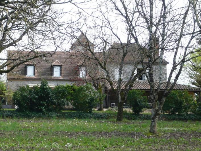Location de vacances - Maison - Villa à Lacave - A gauche  votre façade côté Dordogne ( 3 chiens assis sur le toit)
