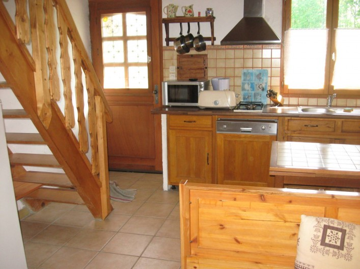 Location de vacances - Chalet à Hauteluce - Entrée, cuisine avec lave vaisselle 12 C, frigidaire 240L, micro ondes, hotte.