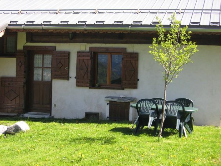 Location de vacances - Chalet à Hauteluce - Entrée du studio avec sa terrasse.