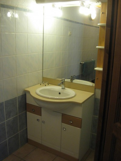Location de vacances - Chalet à Hauteluce - Salle de bains, lavabo. Les toilettes sont sur la droite du lavabo.