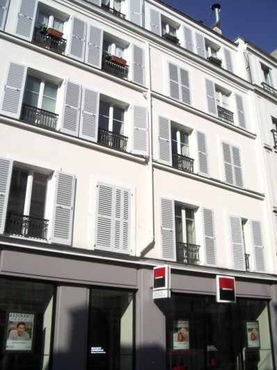 Location de vacances - Studio à 14e Arrondissement - Les trois fenêtres ouvertes du 2ème étage sont celles du studio
