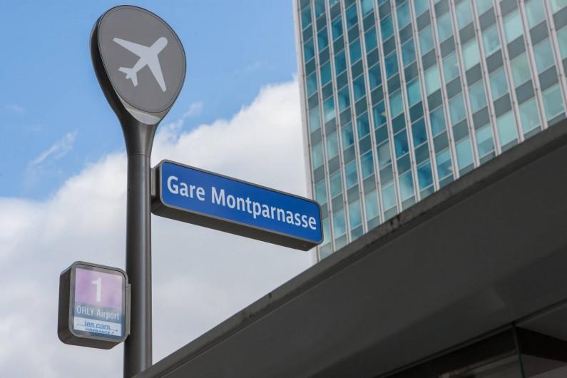 Location de vacances - Studio à 14e Arrondissement - La gare Montparnasse et l'arrêt des bus pour les aéroports sont à deux pas