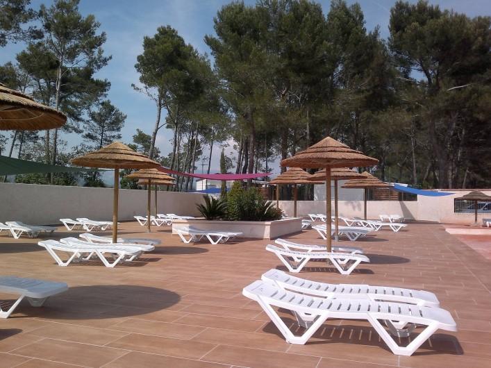 Location de vacances - Bungalow - Mobilhome à Le Camp - Farniente, soleil et bains de soleil à la piscine des grands pins !!!