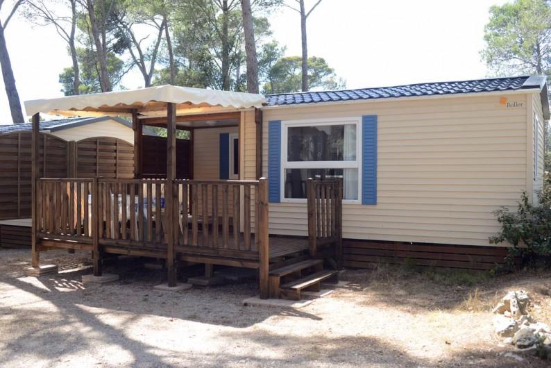 """Location de vacances - Bungalow - Mobilhome à Le Camp - Vue extérieure du mobil home """"Méditerranée"""" et de sa grande terrasse"""
