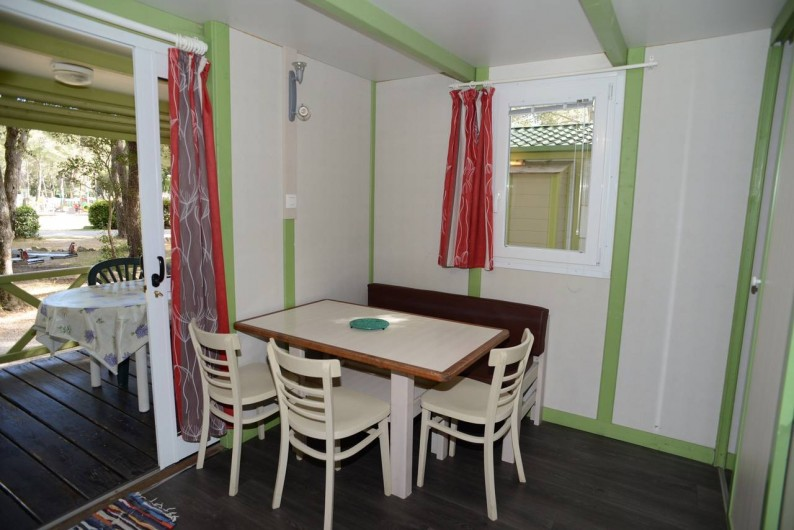 """Location de vacances - Bungalow - Mobilhome à Le Camp - Vue sur la pièce principale et sur la terrasse du chalet Gitotel """"Club"""""""