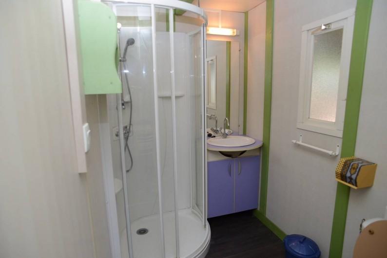 """Location de vacances - Bungalow - Mobilhome à Le Camp - Vue sur la salle de bain du Chalet Gitotel """"Club"""""""
