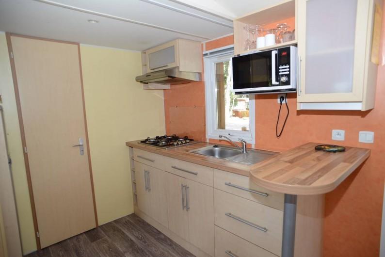 """Location de vacances - Bungalow - Mobilhome à Le Camp - Vue sur le coin cuisine du mobil home """"Rapid'home"""