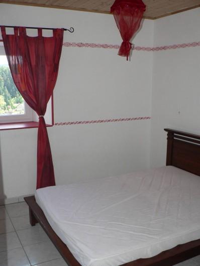 Location de vacances - Gîte à Saint-Victor-Malescours - Une des 3 chambres