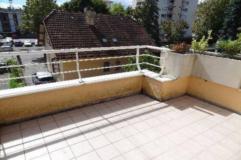 Location de vacances - Appartement à Annecy-le-Vieux - terrasse de 7m2 plein sud avec store